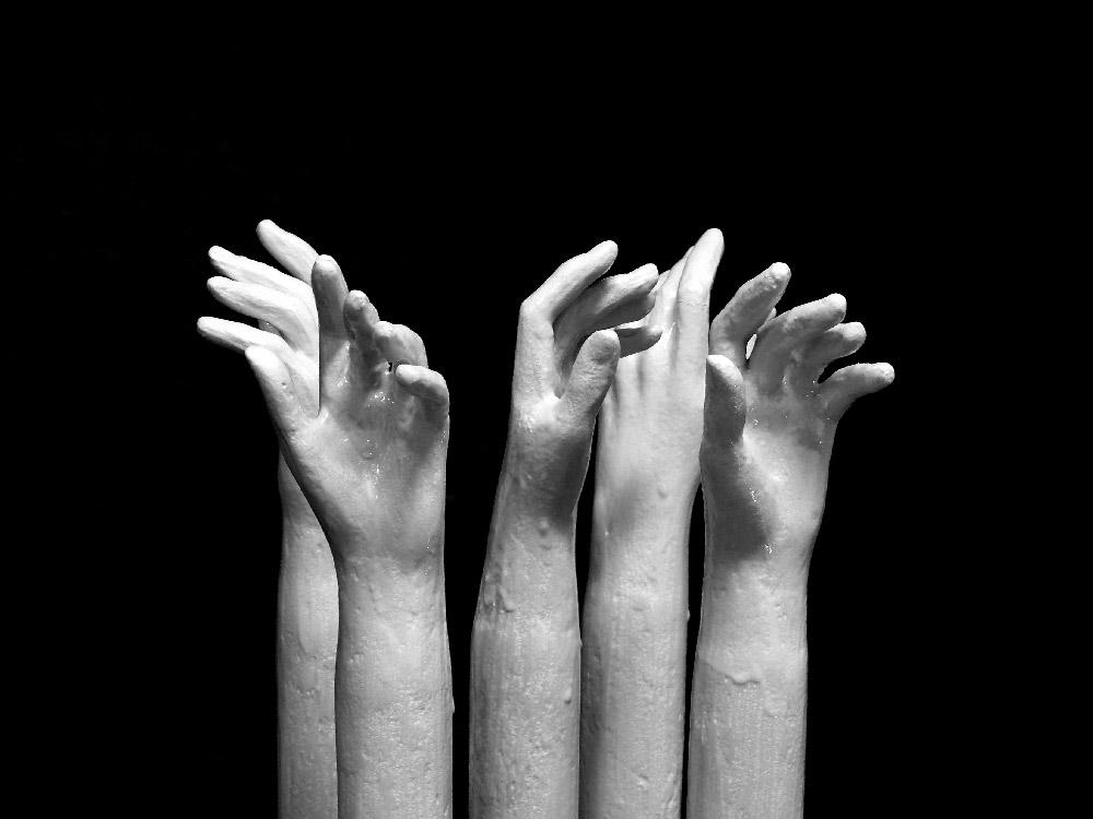 Nelle nostre mani - sculture in resina giuseppe portella